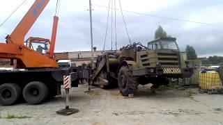 Автокран 25 тонн разгружает с трала скрепер 20 тонн