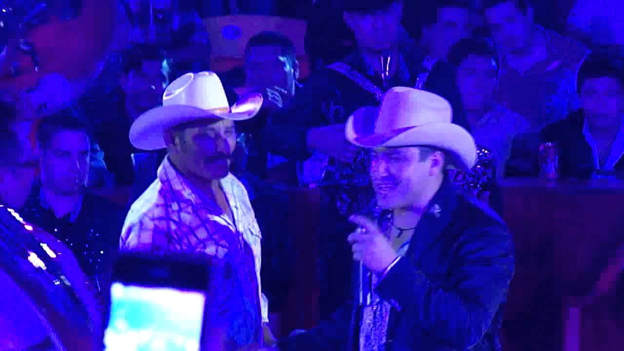 Julion Alvarez Y Su Papa Cantando Abrazado De Un Poste Youtube