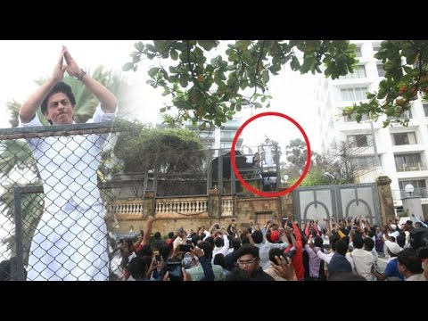 Crazy Fans Outside Shahrukh Khan's House Mannat To Wish Him On EID