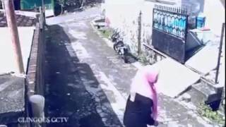 robbery-holdup caught on cctv | girl action back