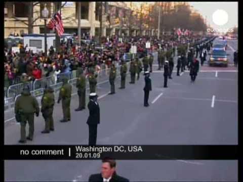 Obama walks to the White House