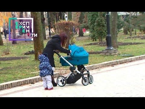Неадекватная мамаша не может успокоить ребенка в коляске — Эксперимент