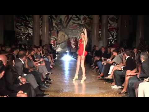 Cea mai lungă căzătură la o prezentare de modă