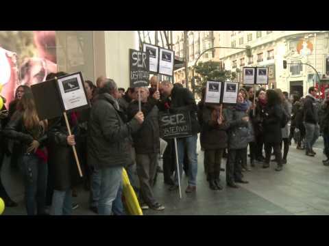 VÍDEO Los trabajadores de la Cadena SER ocupan Gran Vía para protestar por los despidos