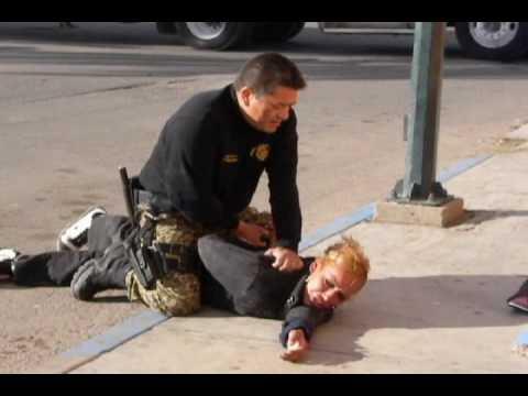 Mujer es sometida por policía en Agua Prieta