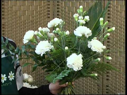 Układanie kwiatów w kościele