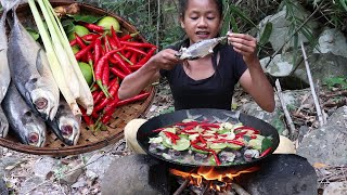 Survival skills: Cooking fish spicy with Chili and Lemon for Dinner in the jungle