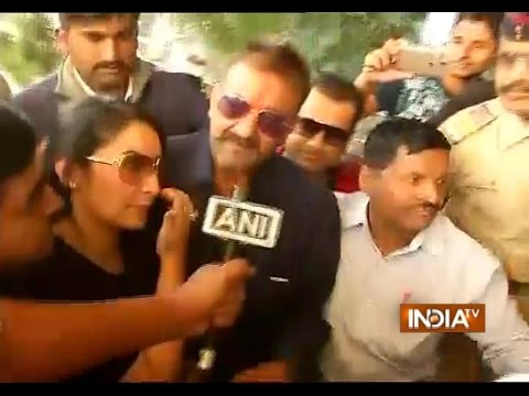 Sanjay Dutt Arrives at Airport with Wife Maanayata after Released from Jail