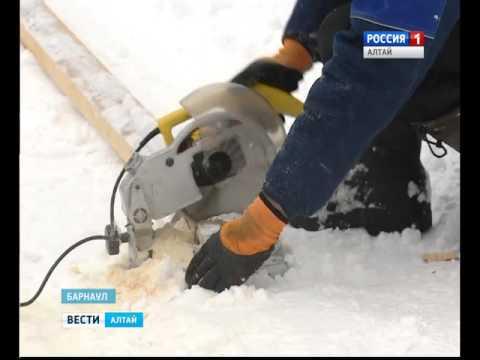В Барнауле жители одного из дворов своими руками сделали хоккейную коробку для детей