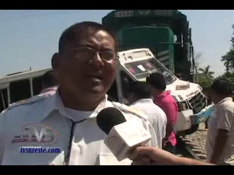 TVS Noticias.- Arrolla tren a microbus de pasajeros, Chinameca, Veracruz