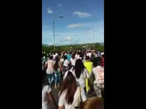 Multitud de venezolanos cruzan la frontera para comprar alimentos (Video)