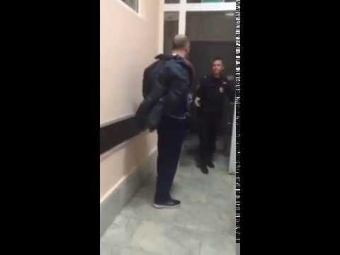 Федеральный судья бьет полицейских