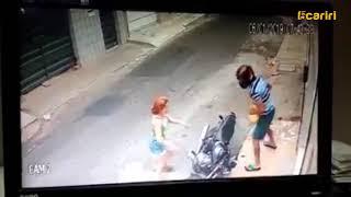 Vídeo mostra mulher lutando contra assaltante em Juazeiro do Norte, no Ceará.