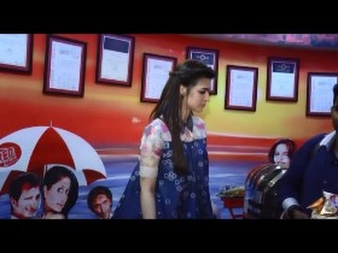 "Varun Dhawan and Kriti Sanon Promotes ""Dilwale"" at Radio Station in Mumbai"