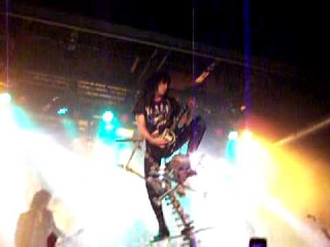 WASP Blackie Lawless rides his MIC STAND !!!
