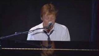 Клип Paul McCartney - The Long And Winding Road (live)