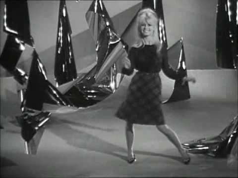 Brigitte Bardot sings 'L'appareil à sous' 1963