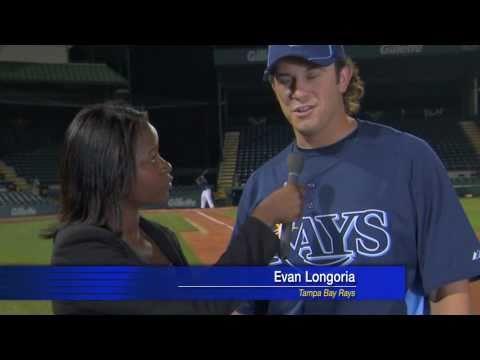 Jugador de béisbol salva a reportera de un pelotazo