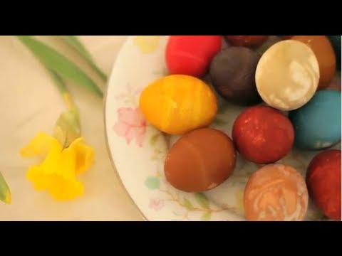 Teindre des œufs avec des colorants naturels - YouTube