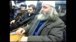 Игра на гуслях в вагоне метро.