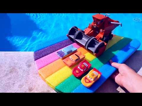 МАШИНКИ НЫРЯЮТ В ЛЕДЯНУЮ ВОДУ Распаковка игрушки Комбайн из Мультика Тачки Веселое видео для детей