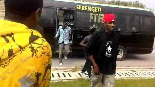 Wasanii wakishuka kwenye tour bus - Serengeti Fiesta 10 Mwanza.3GP