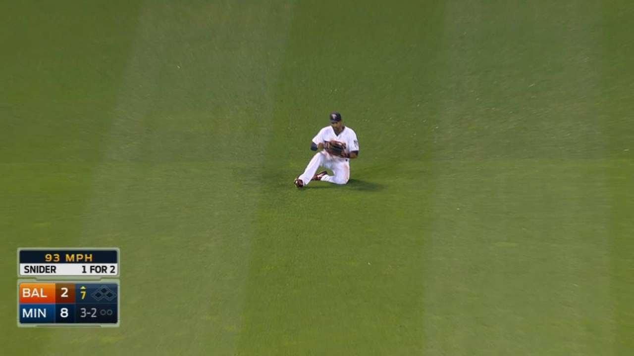 BAL@MIN: Hicks makes sliding catch to take away a hit
