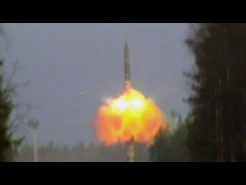 Militares disparan un misil