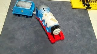 Thomas the Train Trackmaster Snowy Gordon - Change the batteries on Snowy Gordon