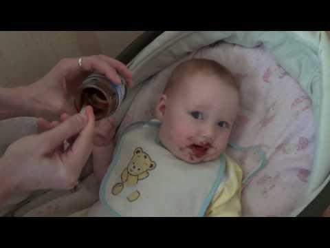 Александра кушает пюре из чернослива для грудничка