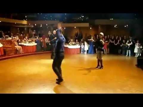 ЧЕЧЕНЕЦ танцует от души