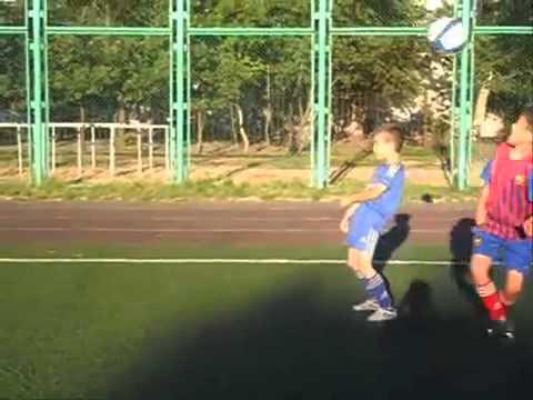 как дети исполняют финты футболистов