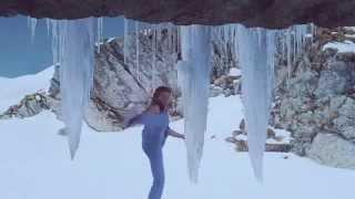 ժան Կլոդ Վանդամը ձեռքերով սառցե բար է կառուցում գարեջրի գովազդային հոլովակում