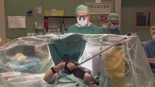 Անհավատալի է, ջութակահարը նվագում է, մինչ նրան վիրահատում են