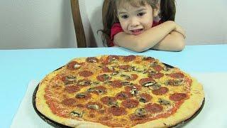 Bé Peanut Và Chị Bí Đỏ Làm Pizza Xúc Xích / How to Make Pepperoni Pizza