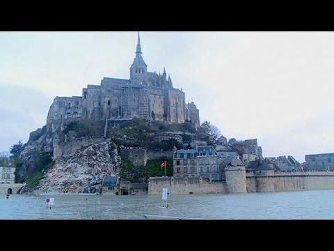 10,000 people in Le Mont-Saint-Michel enjoy 'super moon effect'