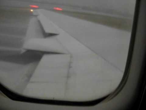 Взлёт во время тайфуна из аэропорта в Гонкоге 19 апреля 2008