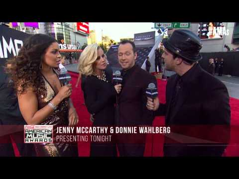 Jenny McCarthy & Donnie Wahlberg Red Carpet Interview - AMAs 2014