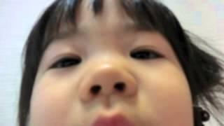 自分のヘン顔が見たくてデジカメで自分撮りする3才児。