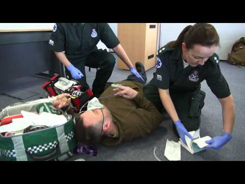 how to become an ambulance technician