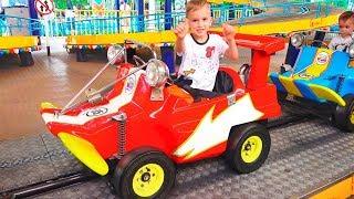 Vlad và Nikita chơi với mẹ tại Công viên giải trí Family Fun