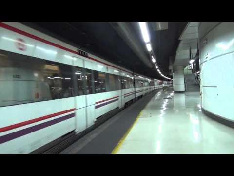 Renfe Rodalies 447 + 447 komen aan op Station Barcelona Sants