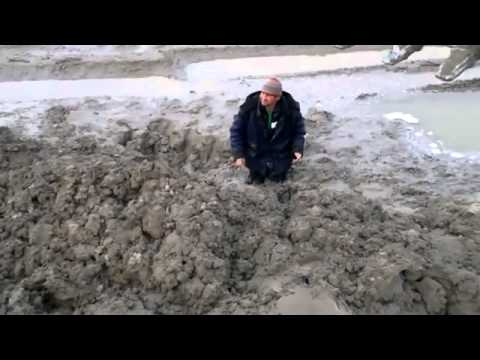 Строитель увяз в грязи