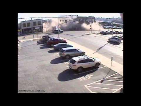 vehiculo choca edificio y lo derrumba