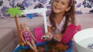 Barbie havuzuda little pony ve orbeez su maymunlarıda var, Eğlenceli çocuk videosu