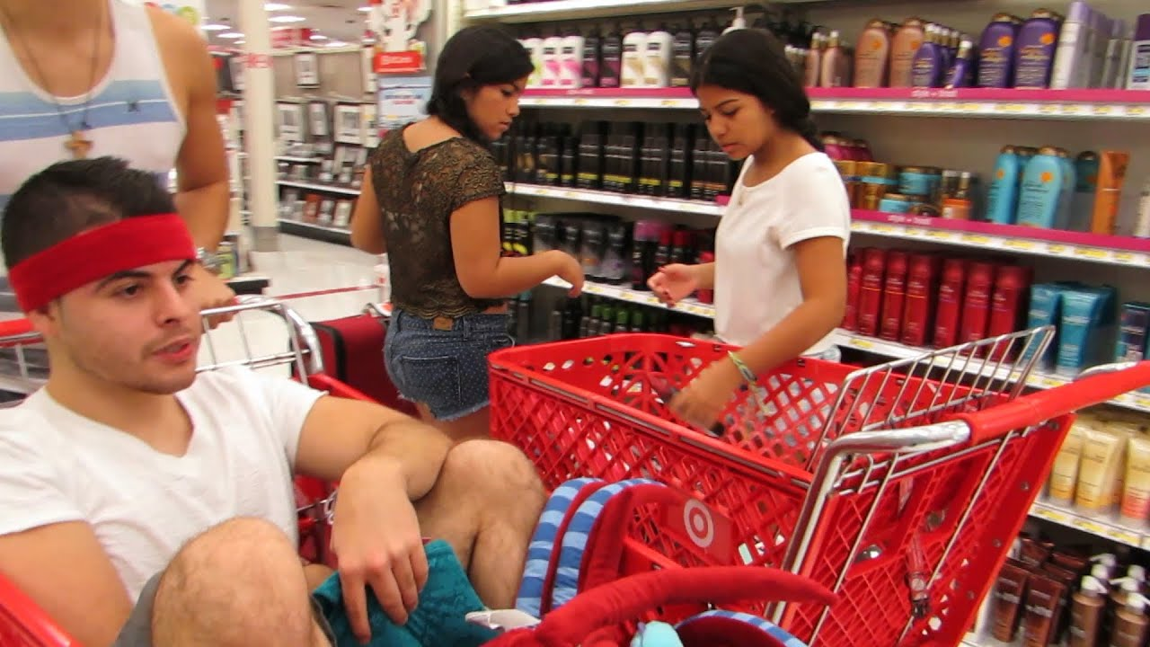 Дети в супермаркетах в тележках фото