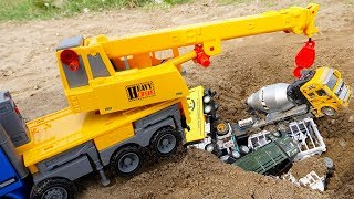Police Car Chase Dump Truck Rescue Truck Toys Holes in the Sand | Crane Truck & Car for Kids TOTOTV