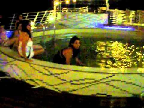 Las chicas se tiran a la piscina (cerrada xD) en la noche ibicenca.