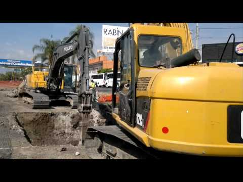 dos excavadoras Caterpillar 312C y Volvo EC210BLC haciendo hoyo