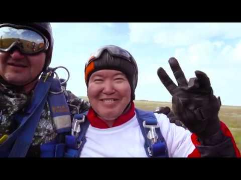 Полет парашютистов Алюминий Казахстана на день Металлурга